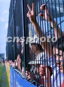 图:球迷观看中国足球队出征世界杯赛前的集训