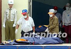 罹难者家属认错遗体 当局急收回死亡证明书