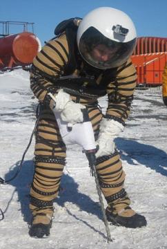 测试小组正穿着NDX1宇航服进行钻探作业