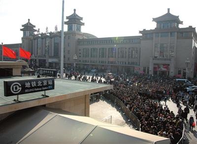 在北京站,众多返程旅客排队等候乘坐地铁.图/东方IC-北京火车站迎