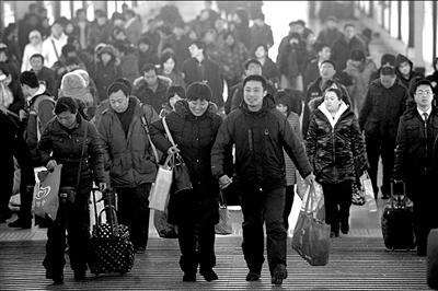 昨天迎来返程客流小高峰,北京站出口人头攒动。本报记者朱嘉磊摄