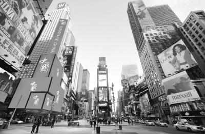 1月17日,美国纽约时报广场的电子显示屏正在播出《中国国家形象片――人物篇》。