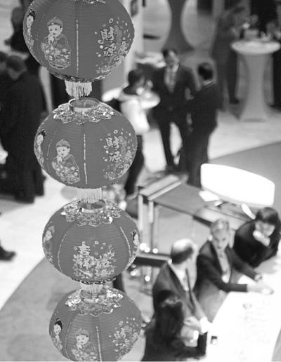 1月27日,来宾在瑞士达沃斯举办的中国大连夏季达沃斯招待会上交流。