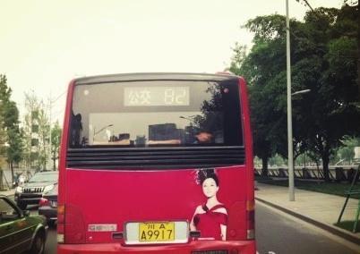 公交车 睡觉哥 横躺车后座 睡姿雷人引围观高清图片