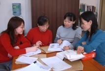 《汉语》教材编写组正在讨论