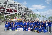 北京华文学院学员与鸟巢合影