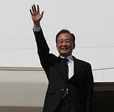 温家宝抵达河内出席东亚系列峰会