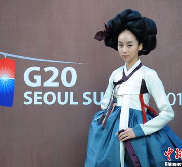 11月9日,韩国首尔昌德宫,模特进行韩服服装秀的排练。本次服装秀是G20峰会期间的活动之一。