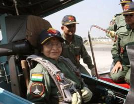 """身为一名年过70岁的高龄女性,形象也被定位为""""家庭主妇"""",帕蒂尔对于新的挑战却从不畏惧。去年年底,她就在印度孟买附近的洛黑冈空军基地搭乘印度最先进的苏-30战斗机,飞上蓝天。"""