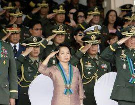 格洛丽亚-马卡帕加尔-阿罗约2001年就任菲律宾第14任总统,成为继阿基诺夫人之后该国第2位女总统,并成功连任。这位娇小精致的女子在5年时间里成功地化解了200多起大大小小的军事政变。