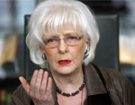 现年66岁的约翰娜-西于尔扎多蒂尔是在冰岛三大银行倒闭、整个国家几乎陷于破产的混乱中临危受命,出任冰岛总理的。民众期望这位作风硬朗的女强人,能带领国家走出衰退泥潭。