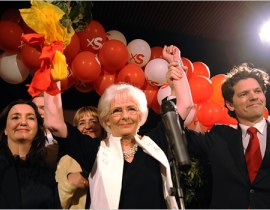 """除了是冰岛第一位女总理,西于尔扎多蒂尔也是全球第一位公开同性恋性向的女性政府官员。在冰岛颁布相关法律,承认同性恋合法后,她即与相恋多年的同性伴侣完婚,成为合法""""夫妻""""。"""