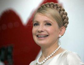 """每天只花7分钟梳好她标志性的金色盘发辫,从平民女孩到""""天然气公主"""",再到发起""""橙色革命""""领袖之一,乌克兰前总理季莫申科绝对是个传奇。清丽容颜、时尚装扮与犀利言辞为她赢得无数拥趸。"""
