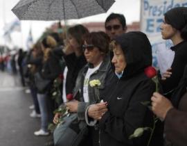 """阿根廷,别为我哭泣 克里斯蒂娜与丈夫基什内尔一直以来配合默契。但随着基什内尔今年10月底猝然离世,这对""""夫妻档""""就此被拆散,阿根廷政局或由此生变。整个阿根廷都沉浸在悲伤的氛围之中。"""