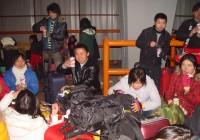 雪灾滞留旅客排队领取娃哈哈八宝粥露出了温暖的笑容