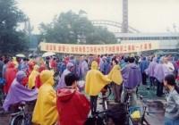 娃哈哈员工为杭州下岗困难职工举行产品义卖和捐款献爱心