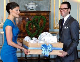 """32岁的瑞典女王储维多利亚与""""平民""""出身的未婚夫举行婚礼,这场婚礼成为继英国王储查尔斯与戴安娜的""""世纪婚礼""""之后,欧洲最大的王室盛事。"""