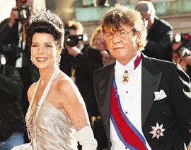 摩纳哥大公主卡罗琳已和第3任丈夫、德国汉诺威王子恩斯特分居,并准备离婚,消息令有关摩纳哥王室700年前受女巫诅咒的传闻甚嚣尘上。