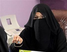 沙特阿拉伯选美与其他国家不同,女性选手需依照传统身穿长裙、头戴围巾,将自己从上到下包裹的严严实实。