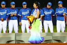 """韩国运动员对礼仪小姐行""""注目礼"""""""