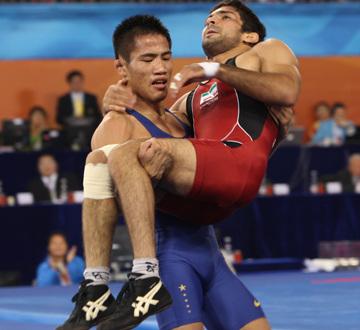 感人一幕:中国运动员将受伤对手抱下场