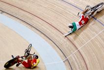 自行车赛场惊魂――选手撞车