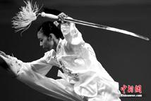 武术赛场:侠女扬眉剑出鞘