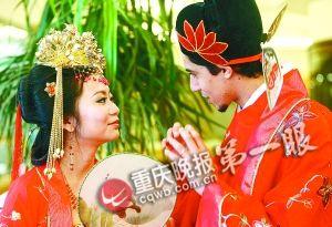 &nbsp;&nbsp;&nbsp;<strong>猫咪引发跨国网恋 新郎新娘结婚见第一面</strong><br/>&nbsp;&nbsp;&nbsp;华丽的中国婚礼举行。新郎是来自非洲西北部的摩洛哥人,新娘子则是漂亮的重庆妹子。<font color=#ff0000>详细>></font>