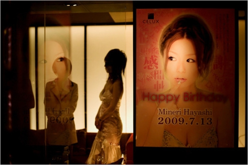 &nbsp;&nbsp;&nbsp;<strong>上海姑娘在日本做陪酒女的失身遭遇</strong><br/>&nbsp;&nbsp;&nbsp;进入她居住的房间,第一感觉是:灰暗、糟乱。6帖大小的房间内,处处摆满了东西。<font color=#ff0000>详细>></font>