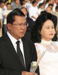 首相洪森夫妇哀悼罹难者 泪洒现场