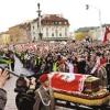 <p>十万民众送亡人</p>  <p>在得知总统卡钦斯基夫妇及众多高官在空难中罹难的消息后,波兰全国陷入一片沉痛哀悼的气氛当中。大批民众自发在街头、广场举行悼念活动,无数人泪洒华沙。</p>