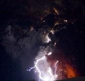 冰岛火山喷出岩浆 伴随雷电