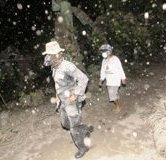 白色火山灰覆盖印尼村庄