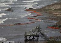 石油泄漏污染面积迅速扩大,失业渔民因而改行接受清除漏油训练,以期获得英石油雇用。