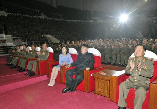观看_金正恩携李雪主观看朝鲜牡丹峰乐团演出(组图)