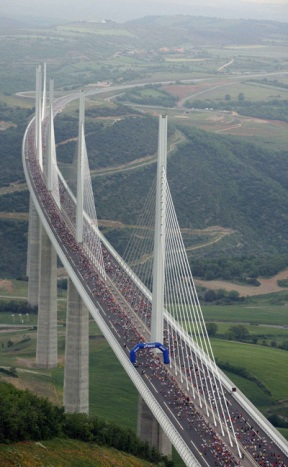 马拉松赛万人穿越世界最高斜拉桥场面壮观 - 荖飛乧 - 荖飛乧倶泺蔀