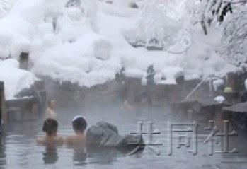 禁穿泳衣须裹浴巾 日本温泉露天混浴有个性 图