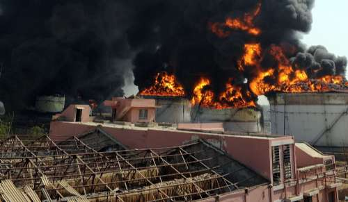 印度油库大火狂烧12小时未熄 已致13死150伤(图)