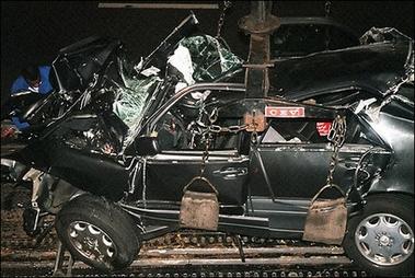 戴安娜王妃遭遇车祸后,她乘坐的汽车成为一堆废铁.(资料图片)-