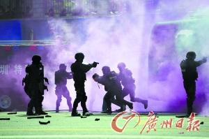 深圳警察开放日市民开眼界 现场像看警匪片(图)