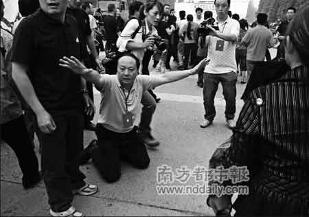 中新网:数百遇难学生家长欲上访 绵竹市委书记下跪挽留 - Ivan Zhai - Republic of Blues