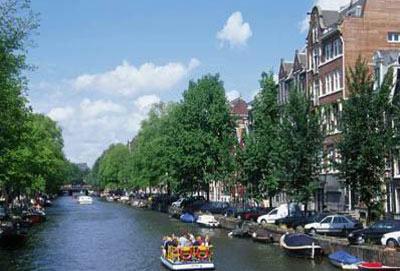 穿行在荷兰首都阿姆斯特丹的大街小巷,处处能发现有两个男