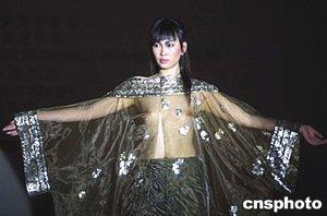 组图:茜罗作品发布会上模特展示透明装