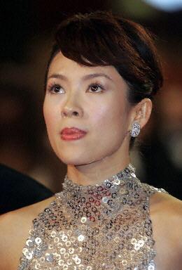 中国女影星章子怡出席影片《十面埋伏》在法国南部影城戛纳的首映式