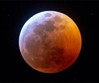 """欧美多地现""""超级血狼月"""" 场面壮观"""