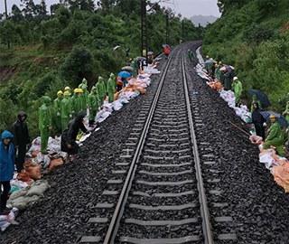 乐山强降雨致18趟旅客列车运行受阻
