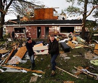 加拿大多地遭龙卷风袭击 房屋被毁