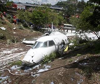 洪都拉斯一飞机降落时滑出跑道