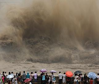 黄河之水天上来 小浪底泄洪场面壮观