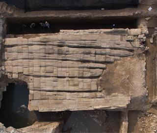 太原施工挖出明代古桥 车辙清晰可见